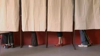 Electeurs dans les isoloirs d'un bureau de vote (6 mai 2007)