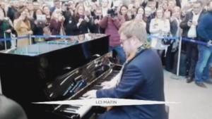 Elton John dans le métro londonien.