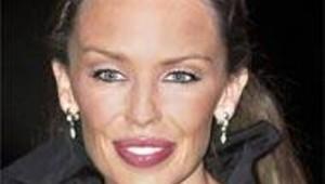 La chanteuse Kylie Minogue à son arrivée aux Brit Awards 2002