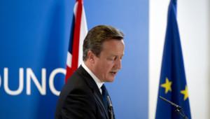 David Cameron avec les drapeaux britannique et européen lors du sommet européen du 27 juin 2014