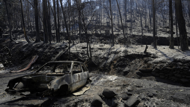 Incendies sur l'île de Madère : une carcasse de voiture brûlée dans un paysage ravagé à Camacha (20 juillet 2012)