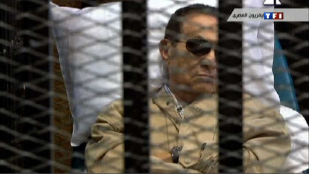 Egypte: Moubarak condamné, des heurts au tribunal