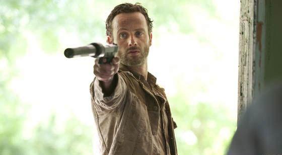 The Walking Dead Saison 3. Série créée par Frank Darabont en 2010. Avec : Andrew Lincoln, David Morrissey, Sarah Wayne Callies, Laurie Holdenet Danai Gurira.