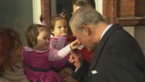 Une fillette taquine le Prince Charles à Londres, le 5 février 2014.