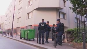 Policiers devant la cité Reverdy
