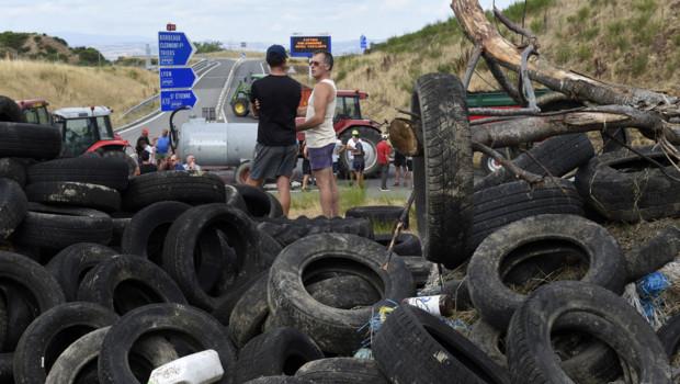 Des agriculteurs bloquent l'autoroute A89 au nord de Lyon, vers Balbigny