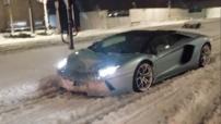 La Lamborghini Aventador : un monstre équipé d'un V12 de 700 chevaux qui expédie le 0-100 km/h en seulement 2,9 petites secondes pour une vitesse de pointe de 350 km/h.
