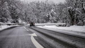 Une route enneigée - Image d'illustration