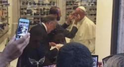 Le pape François en virée dans Rome pour s'acheter des lunettes.