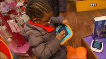 Les tablettes numériques séduisent aujourd'hui les tout-petits, comme leurs parents. Ces écrans tactiles proposent jeux d'éveil, vidéos, musique et s'adaptent au très jeune public, dès 18 mois.