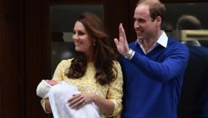 Kate Middleton et le prince William avec leur fille à la sortie de la maternité.