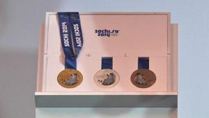 Les médailles des JO de Sotchi 2014 ont été dévoilées le 30 mai 2013 par le CIO, à Saint-Pétersbourg.