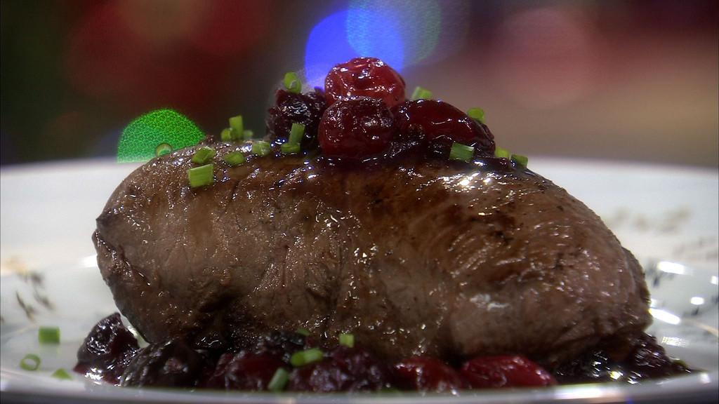 Pav de biche r ti aux airelles petits plats en equilibre mytf1 - Cuisiner un roti de biche ...