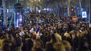Une marche silencieuse s'est tenue à Paris, lundi, en hommage aux victimes de la fusillade de Toulouse.