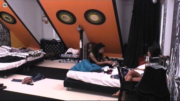 Dans la chambre, Leila et Mam's parlent de... Vivian, bien sûr !