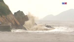 Le 13 heures du 11 juillet 2015 : Les côtes chinoises menacées par l'un des plus puissants typhons de son histoire - 906