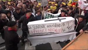 Manifestation d'opposants à la réintroduction d'ours dans les Pyrénées (26 juillet 2010)