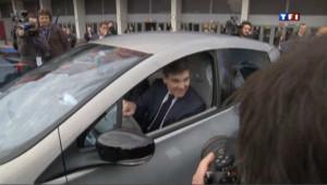 PSA: Montebourg arrive au salon de l'auto... en voiture électrique