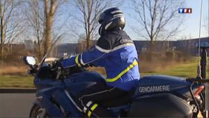 Un motard de la gendarmerie (uniforme).