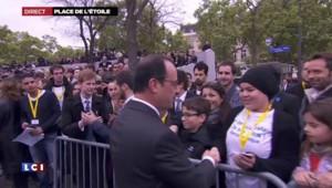 Commémorations du 8 mai : bain de foule, autographes et selfies pour Hollande