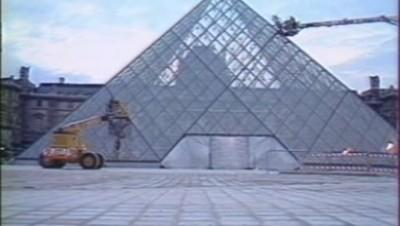 La pyramide du Louvre en 1988.