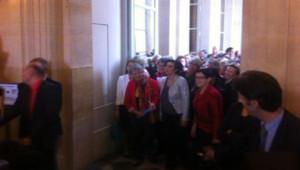 Les députées de la majorité protestent contre la mysogynie à l'Assemblée nationale, en soutien à Véronique Massoneau.