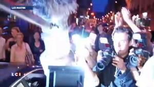 Sarkozy acclamé en pleine rue par ses fidèles après son interview