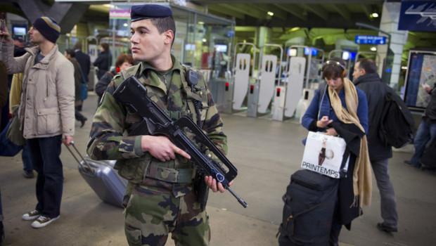 Un soldat français déployé dans le cadre du plan vigipirate, décembre 2011.