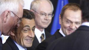 Nicolas Sarkozy entouré de Hans-Gert Poettering, le président en exercice de l'UE, le premier ministre belge Herman Van Rompuy et le premier ministre polonais Donald Tusk, le 1e mars à Bruxelles