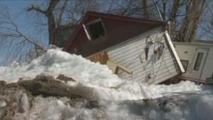 Dans le Minnesota, une marée de glace vient s'encastrer dans les maisons, faisant de gros dégâts matériels.