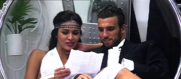 Leila relit la lettre de sa mère avec Aymeric à ses côtés.