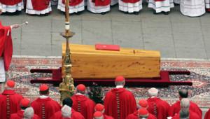 Le cardinal Ratzinger lors des funérailles de Jean-Paul II en avril 2005