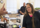 Kim Davis, une greffière américaine, a été condamnée à de de la prison car elle refusait de délivrer des certificats de mariage à des couples homosexuels