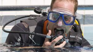Le prince William dans une piscine de Londres le 9 juillet 2014