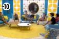 La Voix interrompt la séance de sport des habitants pour les réunir dans le salon.