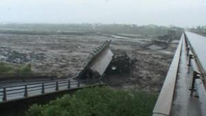 Le pont à Saint-Louis détruit par le cyclone Gamède, le 26 février 2007