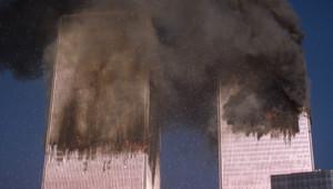Les tours du World Trade Center en feu après les attentats, 11 septembre 2001