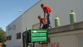 Les salariés enlevant les bonbonnes de gaz de l'usine, mi-juillet