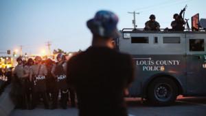 A Ferguson aux Etats-Unis, la tension reste vive au cinquième jour d'affrontements entre manifestants et policiers