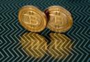 Deux médailles représentant des bitcoins
