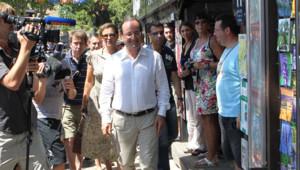 François Hollande et Valérie Trierweiler prennent un bain de foule à Bormes-les-Mimosas (Var), le 3 août 2012.