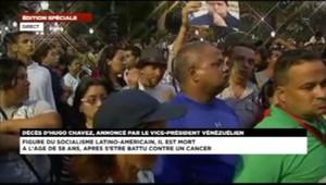 La foule réunie à Caracas après l'annonce de la mort du président vénézuélien Hugo Chavez, le 5 mars 2013.
