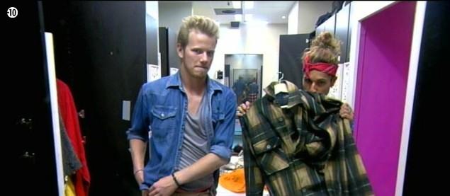 Eddy se demande si Guillaume ne devrait pas plutôt enfiler une chemise à carreaux pour faire un peu bûcheron.