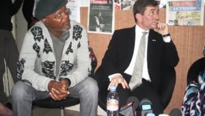 L'acteur Samuel L. Jackson et l'ambassadeur des Etats-Unis en France Charles Rivkin dans les locaux du Bondy Blog, le 13 avril 2010.