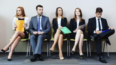Homme femme au travail prétexte bureau salarié employé candidat embauche entretien attente salle cravate tailleur cols blancs