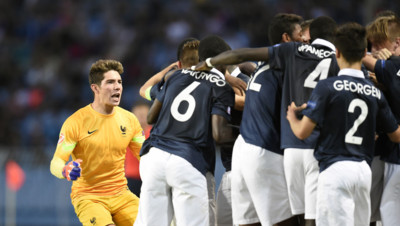 L'équipe de France des moins de 17 ans, emmenée par Luca Zidane (à gauche), sacrée championne d'Europe à Bourgas, en Bulgarie, le 22 mai 2015 après sa victoire face à l'Allemagne (4-1).