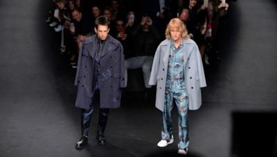 """Les deux acteurs Ben Stiller et Owen Wilson sur le podium du défilée Valentino lors de la Fashion Week de Paris, habillés comme leurs personnages du film """"Zoolander"""""""