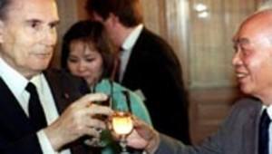 Photo AFP : François Mitterrand buvant un verre en compagnie du général Giap, le commandant des troupes Vietnamiennes à Dien Bien Phu en 1954, en Indochine.