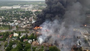 Une photo prise par la Sûreté du Québec plusieurs heures après l'explosion d'un convoi ferroviaire transportant des hydrocarbures.