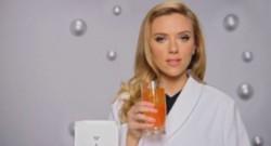 L'actrice américaine Scarlett Johansson dans une publicité pour l'entreprise israélienne Sodastream